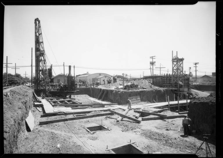 Pile_driver_Van_Nuys_City_Hall_Los_Angeles_CA_1932_image_1
