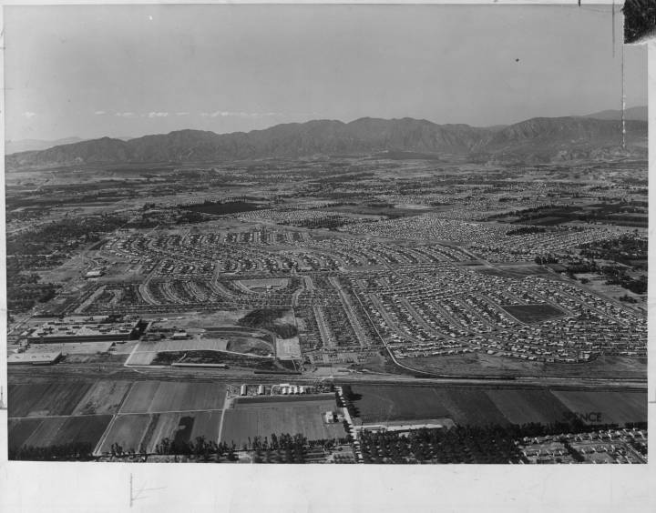 Homes_and_businesses_stretch_in_all_directions_on_what_used_to_be_agricultural_land_near_the_Chevrolet_plant