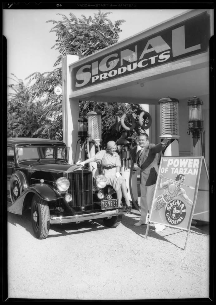 Mr__Mrs_LJ_Pierce_at_Signal_station_Wilshire_Boulevard__Swall_Drive_Beverly_Hills_CA_1933_image_1